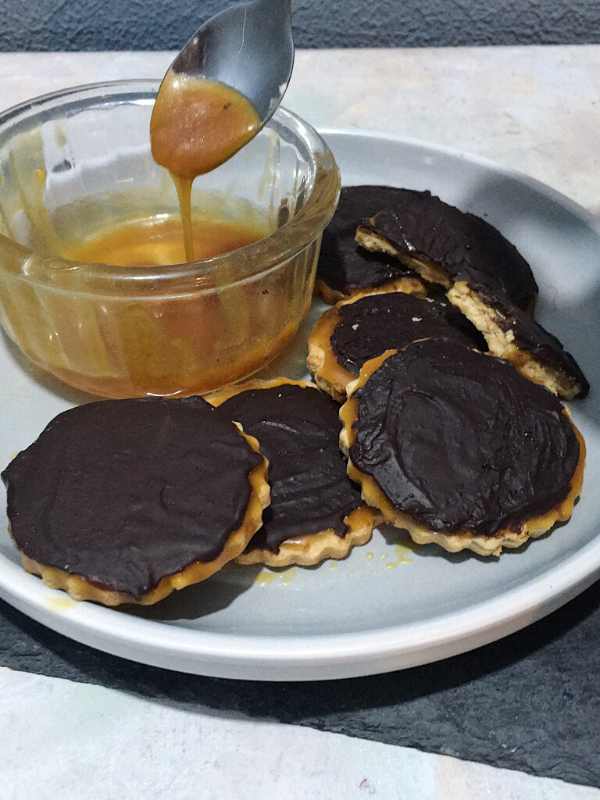 pot of caramel sauce and cookies